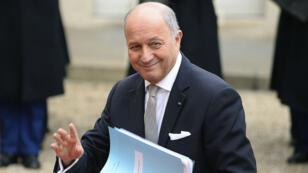 """. """"On doit rester dans le cadre des traités actuels au niveau européen, et il ne peut pas y avoir d'interférence des pays hors zone euro sur des pays dans la zone euro"""", a déclaré Laurent Fabius."""