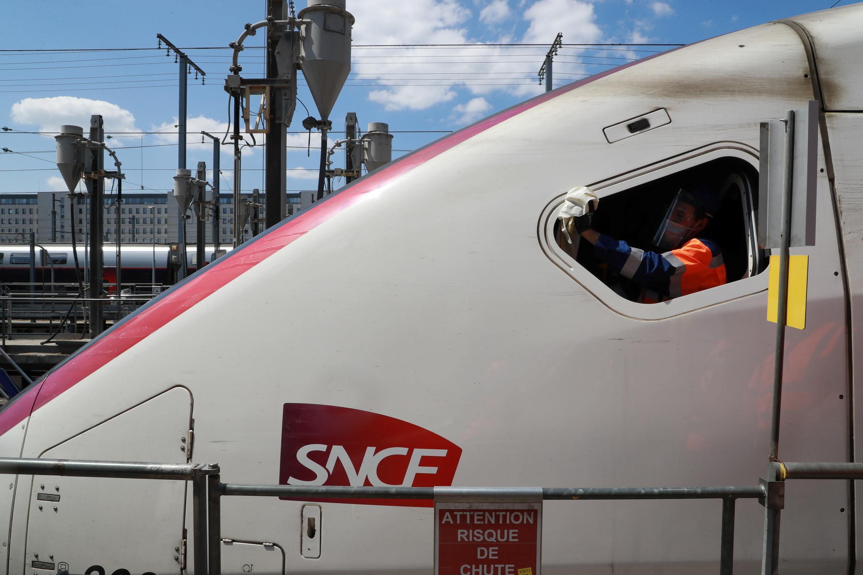 Désinfection de la cabine de conduite d'un TGV dans le technicentre SNCF de Châtillon, en banlieue parisienne, le 14 mai 2020.