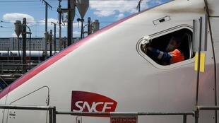 Désinfection de la cabine de conduite d'un TGV dans le technicentre SNCF de Châtillon, en banlieue parisienne, le 14 mai 2020