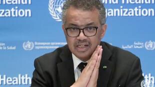مدير عام منظمة الصحة العالمية تيدروس ادهانوم غيربييسوس متحدثا في مؤتمر صحافي في جنيف. 23 اذار/مارس 2020