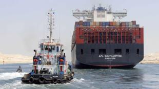 Des navires empruntant la nouvelle voie (Axis) du canal de Suez, le 25 juillet, avant la mise en service officielle prévue le 6 août.