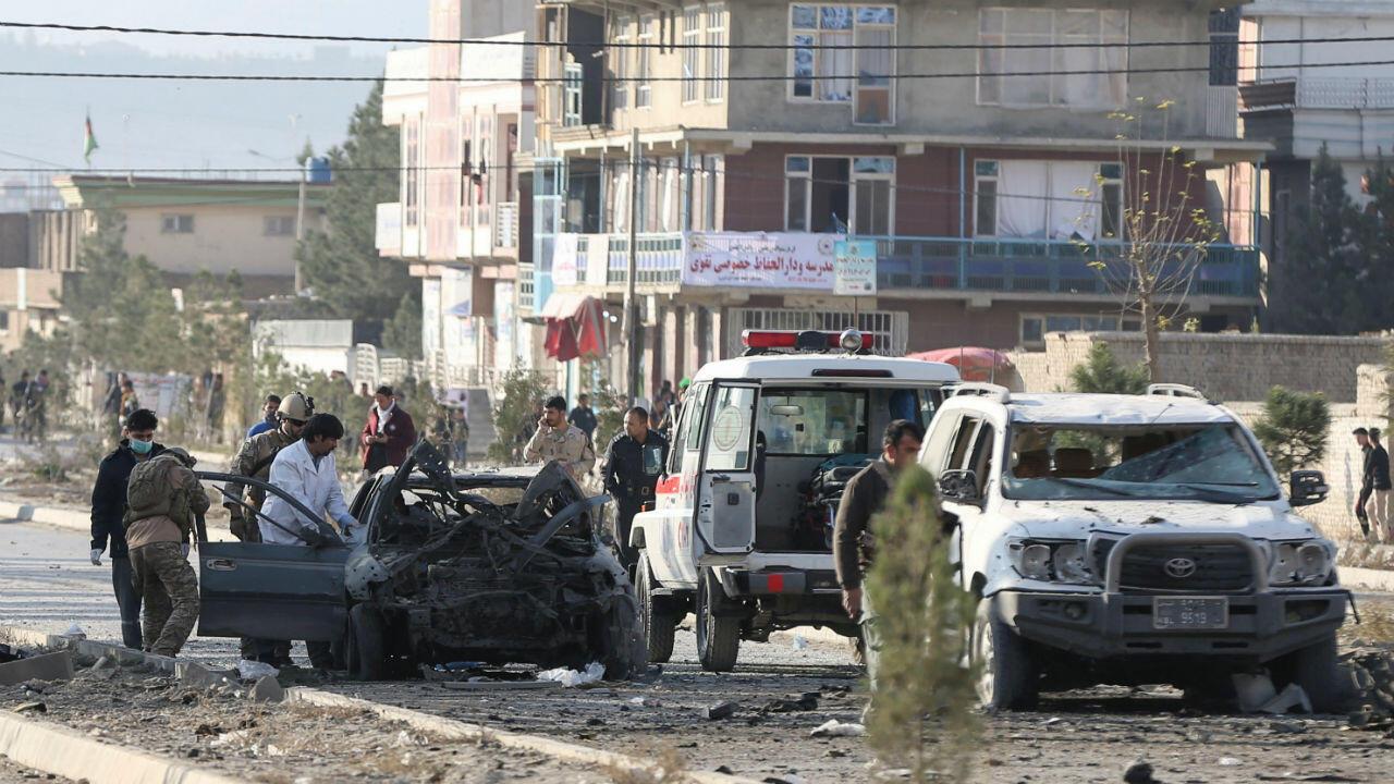Fuerzas de seguridad inspeccionan el sitio donde ocurrió un atentado, en Kabul, Afganistán, el 13 de noviembre de 2019.