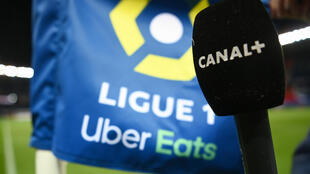 Un journaliste de Canal+, à l'antenne avant le match de L1 entre le Paris Saint-Germain et Nîmes, le 3 février 2021 au Parc des Princes