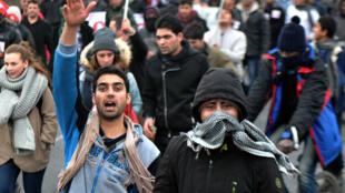 Près de 2 000 personnes, dont des migrants, ont manifesté à Calais pour réclamer de meilleures conditions d'accueil, le 23 janvier 2016.