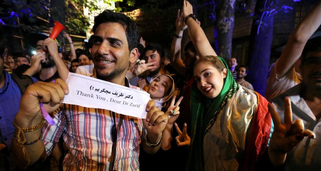 Archivo. Jóvenes iraníes celebran en el norte de Teherán el 14 de julio de 2015, después de que el equipo de negociación nuclear de Irán llegó a un acuerdo con las potencias mundiales en Viena.