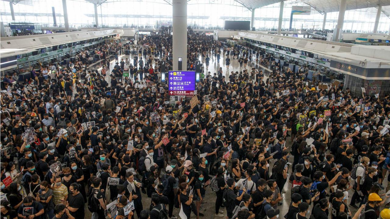 Mnifestantes ocupan el aeropuerto internacional de Hong Kong Chek Lap Kok el 12 de agosto de 2019.
