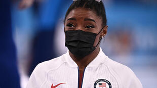La estrella de la gimnasia, la estadounidense Simone Biles, durante el concurso general por equipos en los Juegos Olímpicos de Tokio-2020 el 27 de julio de 2021 en Tokio
