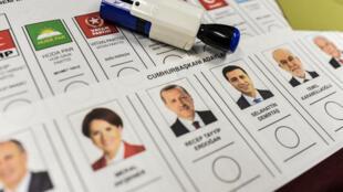 عرائض التصويت في مكاتب الاقتراع صباح 24 يونيو/حزيران