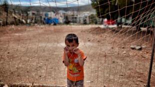 Un garçon afghan dans le camp de Schisto, en juin 2016 à Athènes.