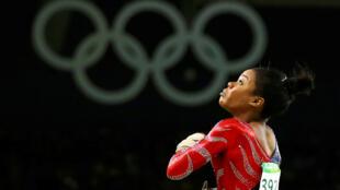 Gabrielle Douglas de EE. UU. compite en la bóveda durante las calificaciones de las mujeres en los Juegos Olímpicos de Río 2016.