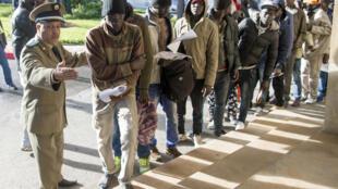 De nombreux migrants installés au Maroc espèrent la régularisation de leur situation.
