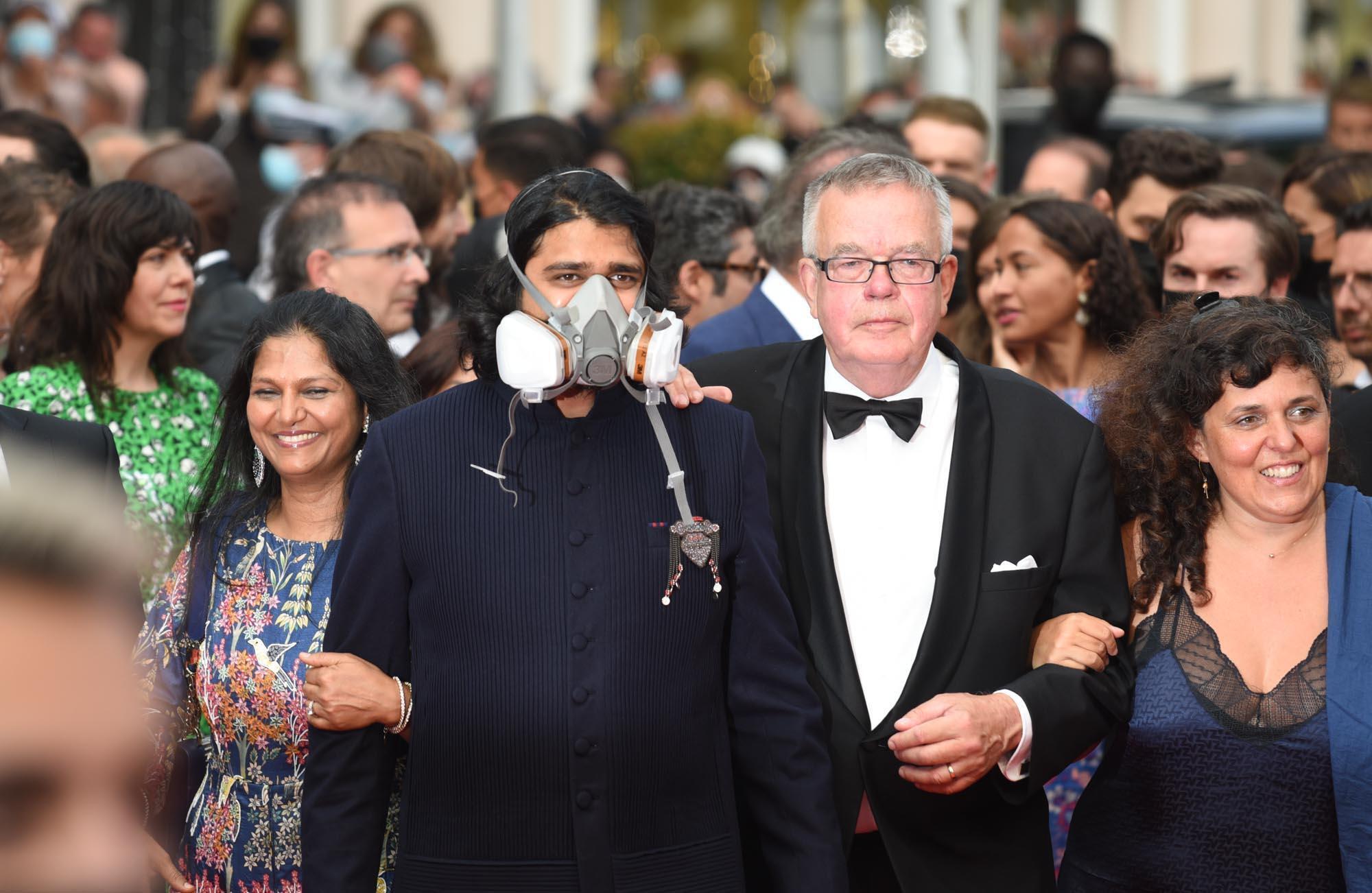 Rahul Jain, figure de l'industrie de Bollywood, détourne les restrictions du Covid-19 en foulant le tapis rouge avec un masque inhabituel.