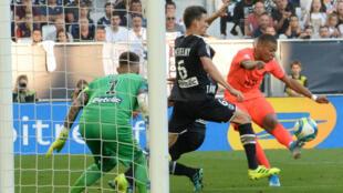 L'attaquant du PSG Kylian Mbappé face au défenseur des Girondins de Bordeaux lors du match de Ligue 1, le 28 septembre 2019 à Bordeaux.