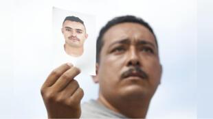 Familiares de personas desaparecidas protestaron el viernes 21 de septiembre en el exterior de las instalaciones del Instituto Jalisciense de Ciencias Forenses en la ciudad de Guadalajara, México, para denunciar la desaparición de sus seres queridos.