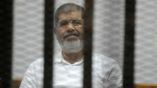 Mohamed Morsi fait face à la justice cairote, le 5 novembre 2014.