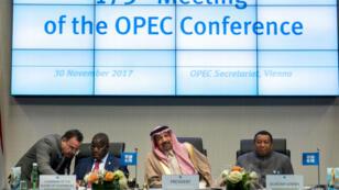Le président de la conférence de l'Opep, le Saoudien Khaled al-Falih (centre), à l'issue de longues négociations à Vienne, le 30 novembre 2017.