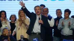 El candidato presidencial Alberto Fernández celebra su victoria en el escenario durante las elecciones primarias este domingo en Buenos Aires.