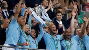 Vincent Kompany y David Silva del Manchester City levantaron el trofeo de la Copa de la Liga inglesa en el estadio de Wembley, Reino Unido, el 24 de febrero de 2019.