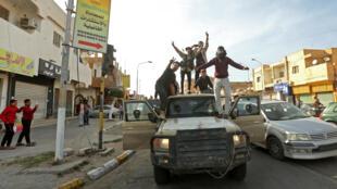 مقاتلون موالون لحكومة الوفاق الوطني الليبية المعترف بها من قبل الامم المتحدة يحتفلون في صبراته باستعادة السيطرة على المدينة في 13 نيسان/ابريل 2020.