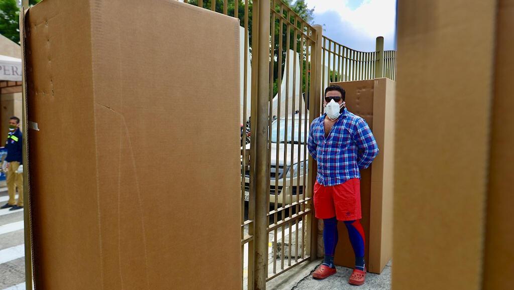 El 6 de abril de 2020 el Gobierno entregó cerca de 4.000 ataúdes de cartón para que las personas en Guayaquil, Ecuador, puedan guardar allí los cuerpos de sus seres queridos que no se han podido enterrar durante la pandemia del Covid-19.