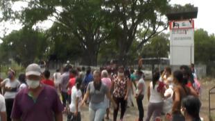 لقطة من فيديو يظهر فيه أقرباء معتقلين خارج سجن لو يانوس في غواناري في فنزويلا في 2 أيار/مايو 2020 بعد حصول حركة تمرد داخل المعتقل