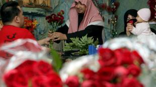 سعودي يشتري ورودا لزوجته في محل للزهور بالرياض عشية عيد الحب، 13 فبراير/شباط 2009