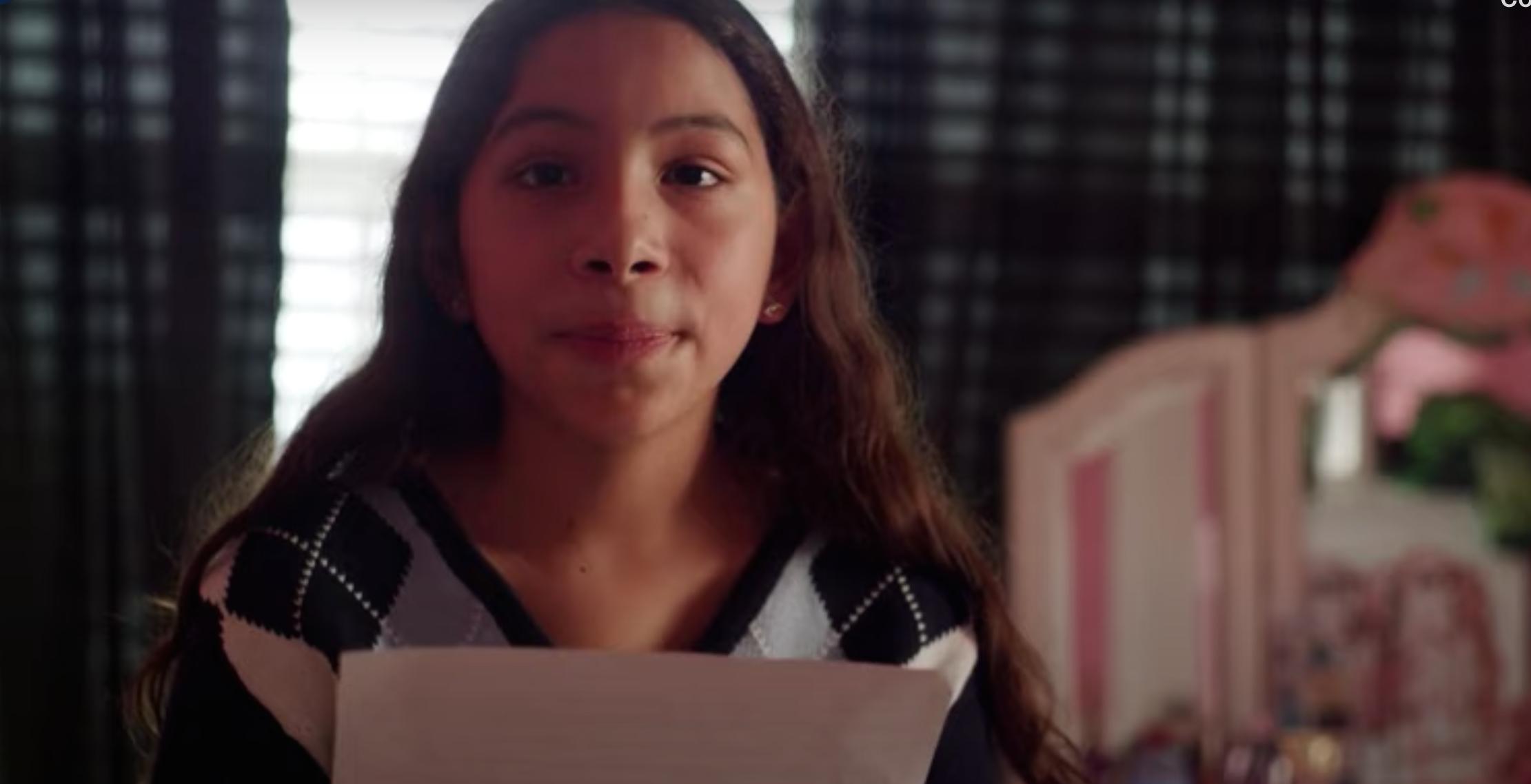 Stella, una niña de 11 años, lee una carta dirigida a Donald Trump quien la separó de su madre, que fue deportada por no tener documentación.