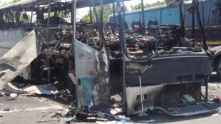 صورة التقطتها ووزعتها وزارة الداخية البلغارية في 19 تموز/يوليو 2012 تظهر ركام الحافلة في بورغاس بعد تفجيرها في 18 تموز/يوليو