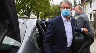"""El expresidente del fabricante de automóviles alemán Audi AG, Rupert Stadler, sale de su coche al llegar a juicio por el """"Dieselgate"""" en la sala del tribunal de distrito de Múnich,  Alemania, el 30 de septiembre de 2020"""