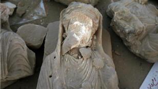 Une statue retrouvée sur le sol du Musée national à Palmyre en Syrie, le 31 mars 2016.