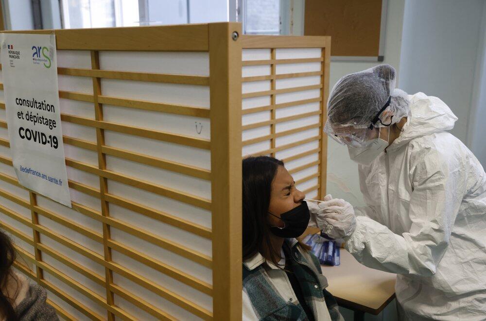 Archivo-Un estudiante de la escuela secundaria Emile Dubois participa en una prueba de antígeno Covid-19 en París, el lunes 23 de noviembre de 2020.