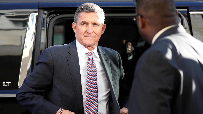 El ex asesor de seguridad nacional Michael Flynn sale de un vehículo cuando llega para su audiencia de sentencia en el Tribunal de Distrito de los Estados Unidos en Washington, EE. UU., 18 de diciembre de 2018. Foto de archivo.