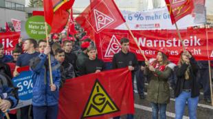 Des dizaines de milliers de travailleurs allemands ont manifesté début janvier pour demander une hausse de salaire et une réduction du temps de travail.
