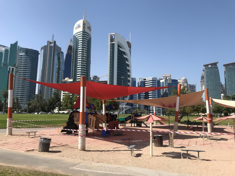 نظرة عامة على ملعب فارغ للأطفال، بعد تفشي فيروس كورونا في الدوحة، قطر، 17 مارس/ آذار 2020