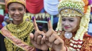 Les électeurs doivent tremper leur doigt dans de l'encre certifiée halal, une mesure destinée à empêcher les votes multiples.