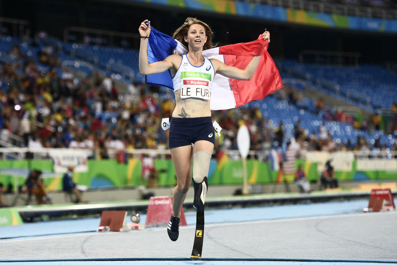 Marie-Amélie Le Fur célèbre sa victoire lors du 400 m lors des Jeux de paralympiques de Rio, le 12 septembre 2016.