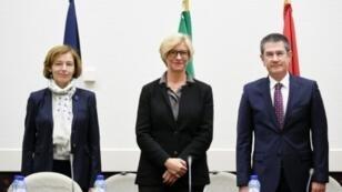 وزير الدفاع التركي ونظيرتاه الإيطالية والفرنسية في توقيع إعلان نوايا في بروكسل في 8 تشرين الثاني/نوفمبر 2017.