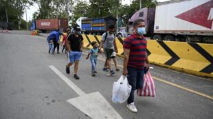 Migrantes hondureños regresan a su país desde Guatemala, luego de que el presidente guatemalteco ordenara su captura y expulsión, el 2 de octubre de 2020 en Corinto, Honduras