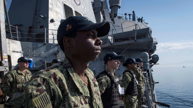 Soldados de la Marina de EE. UU. a bordo del barco de misiles guiados Arleigh Burke USS Donald Cook parten de Larnaca, Chipre, el 9 de abril de 2018.