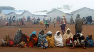 Familias congoleñas en el campo de refugiados de Kyangwali del ACNUR, en Uganda