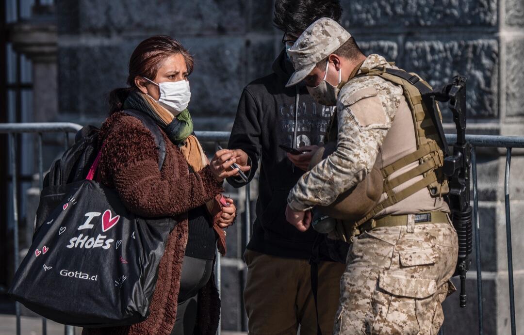 Policías chilenos en un punto de control durante la cuarentena total obligatoria debido a la pandemia en Santiago, Chile, el 10 de junio de 2020.