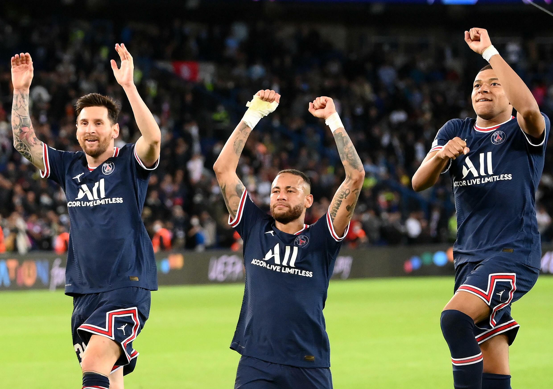 La joie des attaquants du Paris Saint-Germain, l'Argentin Lionel Messi, le Brésilien Neymar et Kylian Mbappé, après la victoire, 2-0 face à Manchester City, lors de leur match de poules de la Ligue des Champions, le 28 septembre 2021 au Parc des Princes