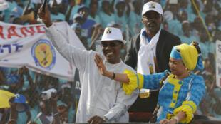 Idriss Déby Itno et son épouse Inda lors d'un meeting au stade de N'Djamena, le 8 avril 2016.