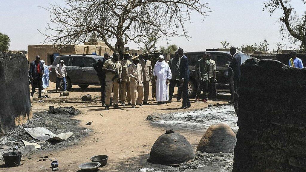 El presidente de Mali, Ibrahim Boubacar Keïta, el 25 de marzo de 2019, observando las chozas destruidas durante la masacre del pueblo peul de Ogassogou.