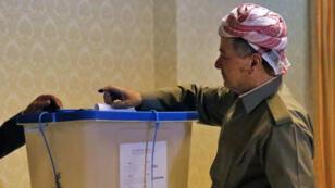Massoud Barzani vote lors du référendum sur l'indépendance du Kurdistan irakien, à Erbil, le 25 septembre.