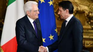 Le nouveau président du Conseil italien, Giuseppe Conte, face au président Sergio Mattarella, lors de son investiture à Rome, le 1er juin 2018.