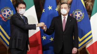 La cérémonie de passation de pouvoirs entre le Premier ministre italien sortant Giuseppe Conte (G) et Mario Draghi au Palazzo Chigi à Rome le 13 février 2021