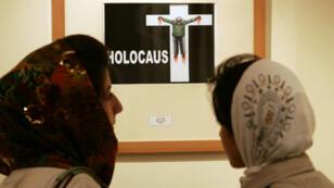 Les caricatures d'un précédent concours de dessins raillant l'Holocauste, exposées en juillet 2006 à Téhéran.