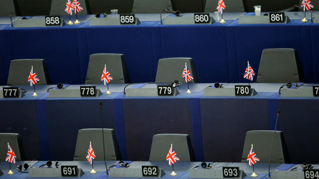 Banderas británicas en los escritorios vacíos de los miembros del Partido Brexit después de la primera sesión plenaria del recién elegido Parlamento Europeo. Estrasburgo, Francia, el 2 de julio de 2019.