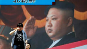 Gente camina frente a un monitor de televisión que muestra el informe del líder de Corea del Norte, Kim Jong-Un, en el que anuncia la suspensión de pruebas nucleares, en Tokio, Japón, el 21 de abril de 2018.